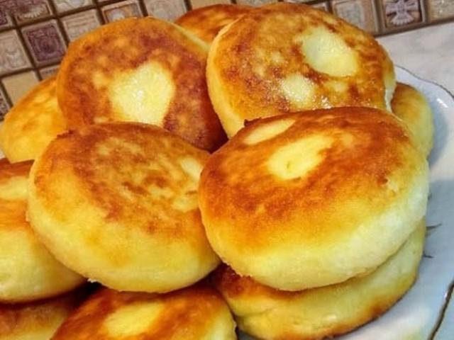 Полезный завтрак для всей семьи — пышные сырники из духовки.