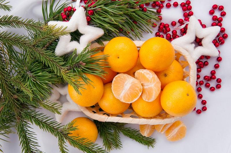 christmas-decoration-with-mandarins-and-fir-tree