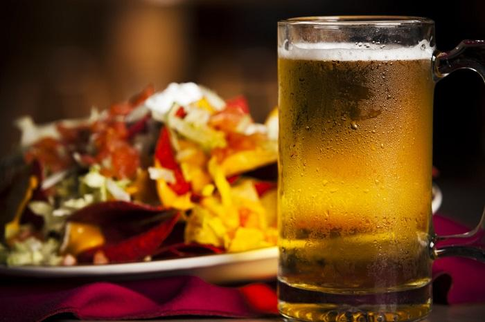 food-and-drink-closeup-appetizer-spicy-nachos-cold-beer