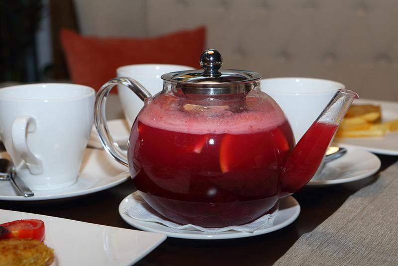 tea-from-berries-with-a-lemon-and-an-orange