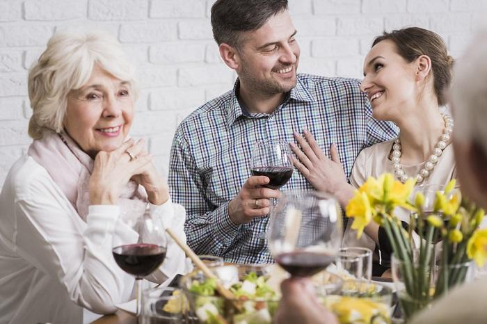 couple-celebrating-anniversary-with-parents