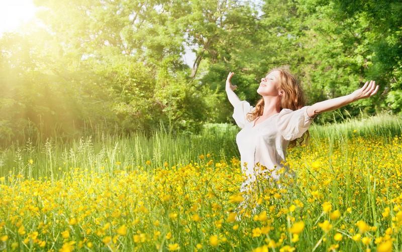 beautiful-girl-enjoying-the-summer-sun-outdoors-in-the-park