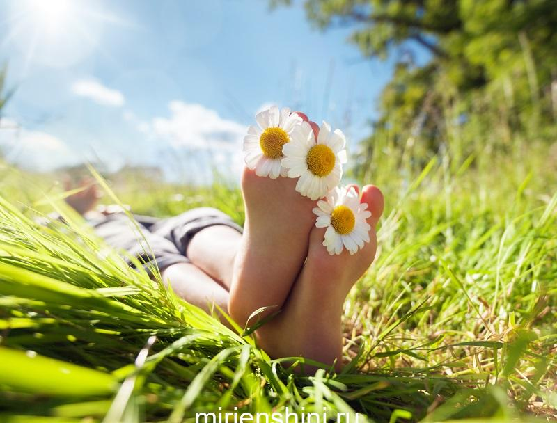 child-lying-in-meadow-relaxing-in-summer-sunshine