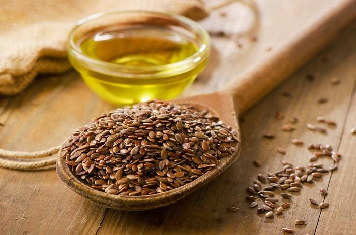 brown-flax-seeds-on-a-spoon