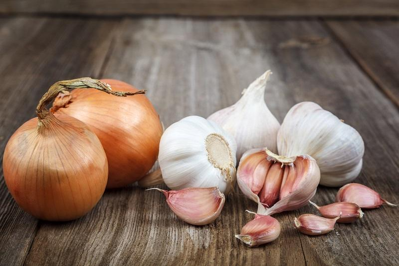 fresh-garlic-on-a-wooden-background